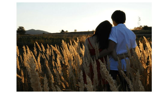 熱い抱擁するカップル