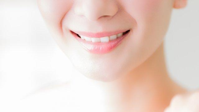 歯を簡単に白く、黄ばみと汚れを落とすには?